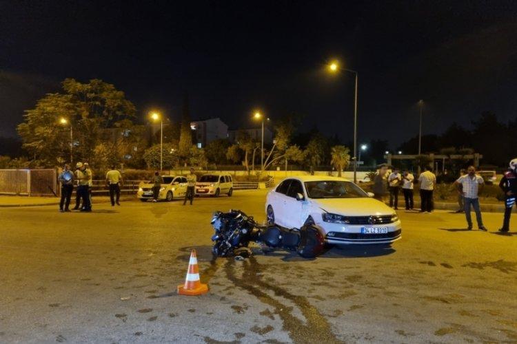 Motosikletli polis ekibi ile otomobil kaza yaptı: 1'i ağır 2 polis yaralı
