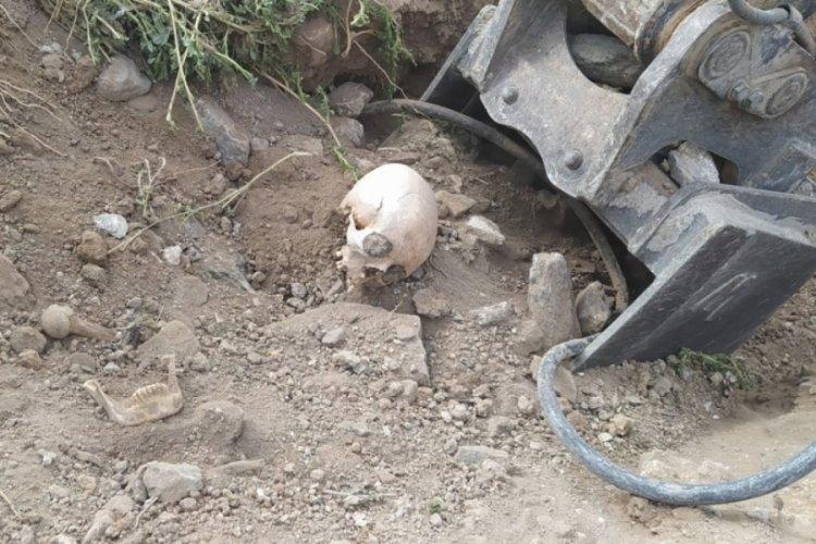 Yol çalışması sırasında belediye ekipleri insan kemikleri buldu