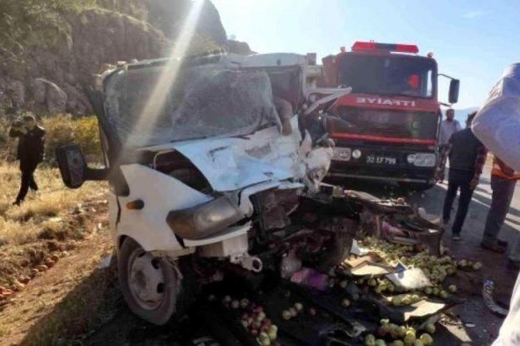 Minibüs ile kamyonetin çarpıştığı korkunç kazada ölü sayısı arttı