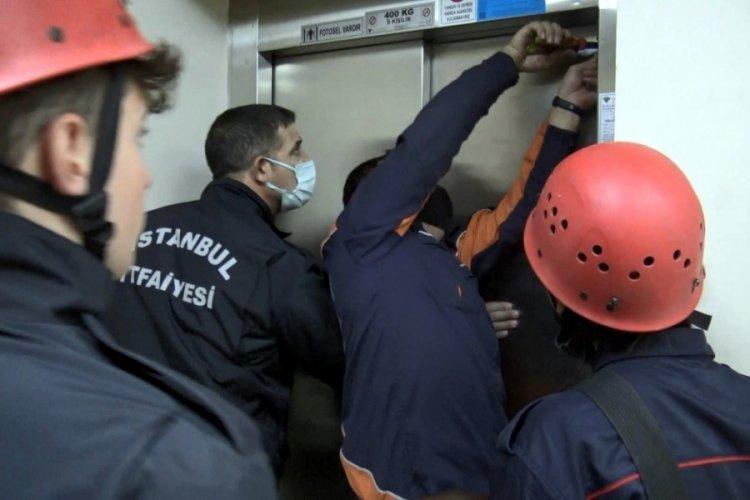 İstanbul Avcılar'da kapısı açılmayan asansörde mahsur kalan 5 kişi kurtarıldı