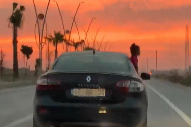 Aracın camından sarkan çocuk korkuttu