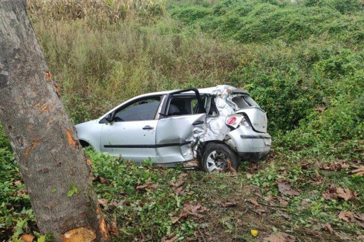 Sakarya'da kayganlaşan yolda kontrolden çıkan araç şarampole uçtu