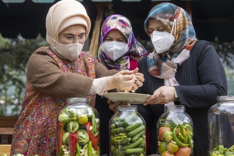 Emine Erdoğan Ankara'da kadınlarla birlikte turşu kurdu