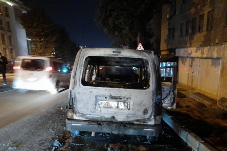 Seyir halindeki hafif ticari araç alev alev yandı