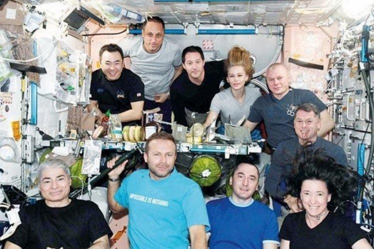 Uzayda akşam yemeği yediler