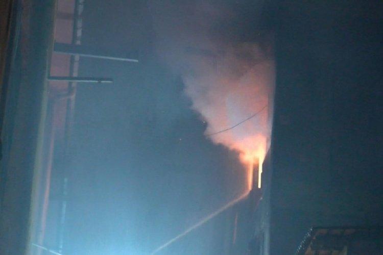 İstanbul Bayrampaşa'da iş yeri alev alev yandı