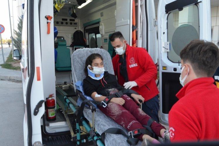 Aksaray'da anne ve okula götürdüğü 2 çocuğuna otomobil çarptı