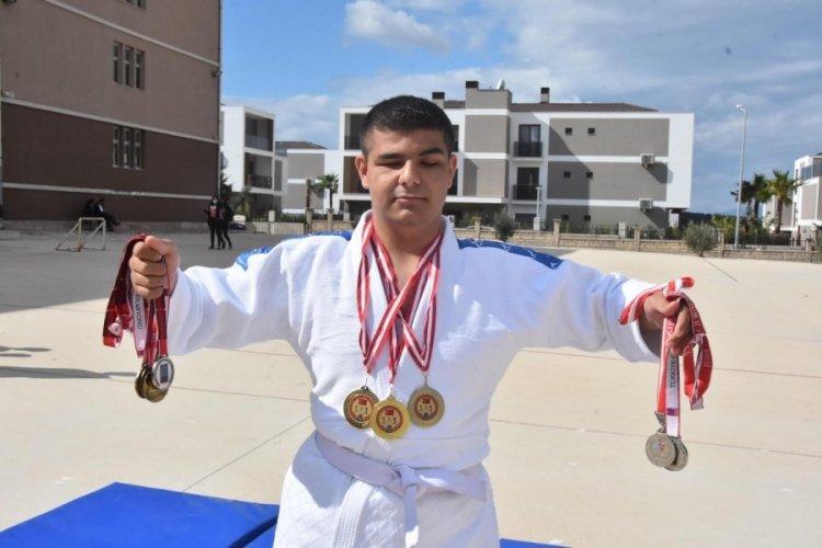 İzmir'de görme engelli Ahmet,ilk turnuvada 2 altın madalya kazandı