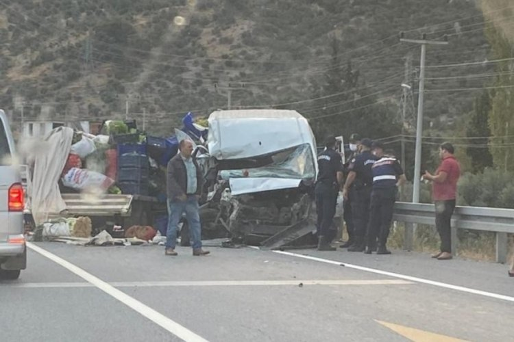 Minibüs ve kamyonet ile çarpışan otomobil alev topuna döndü