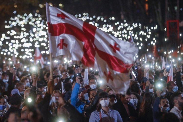 Gürcistan'da binlerce kişi eski Cumhurbaşkanı Saakaşvili için sokağa indi