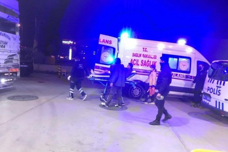 Benzin istasyonunda bıçaklı saldırı: 1'i polis 2 yaralı