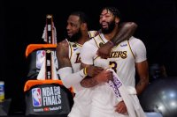 Lakers, LeBron James ve Anthony Davis ile sözle...