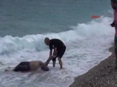 Denizden elleri bağlı erkek cesedi çıktı