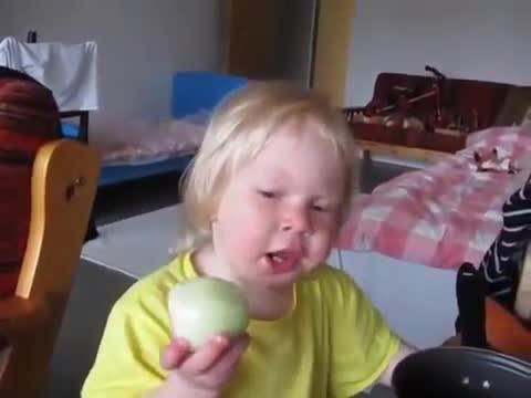 Soğan yiyen küçük kız
