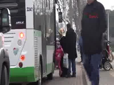 Bursa'da otobüs şoförleri artık engelli kadın ile özel ilgileniyor