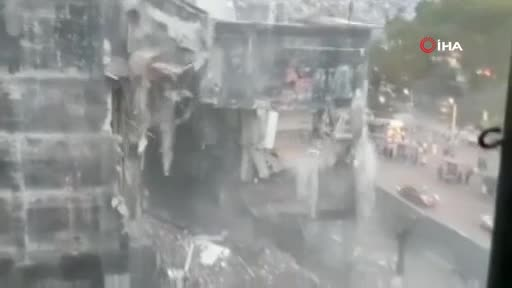Bursa'da tarihi yapıları öne çıkaracak projede bir bina daha kontrollü olarak yıkıldı