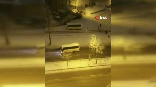 Bursa'da minibüse kar tropu atan gençler çil yavrusu gibi dağıldı