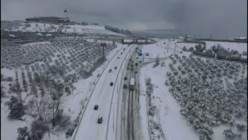 Bursa'da kar esareti: Yüzlerce araç mahsur kaldı