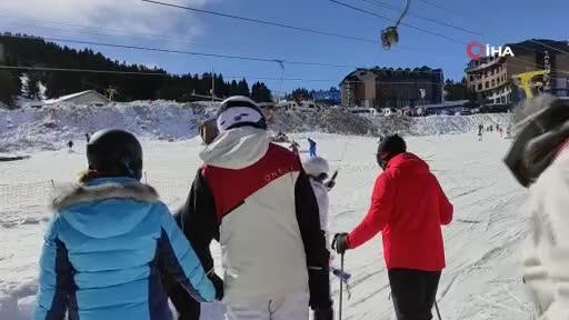 Bursa Uludağ'da güneşli havanın tadını kayak yaparak çıkardılar
