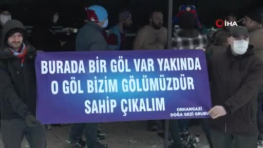 Bursa'da Mehmetçiğin neler hissettiğini anlamak için buz gibi havada göle girdiler