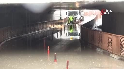 Bursa'da sağanak yağmur yolları göle çevirdi