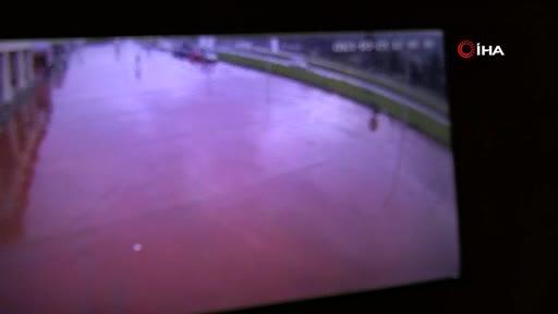 Bursa'da kamyonun lastiği fırlayıp park halindeki otomobile böyle çarptı