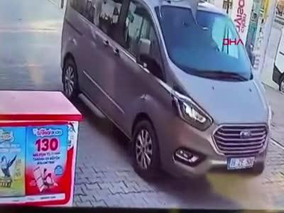 Bursa'da sürücü köpeği ezip kaçtı!