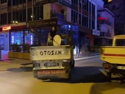 Bursa'da mahalle halkını 11 yaşındaki davulcu sahura kaldırıyor