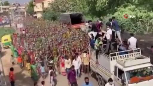 Hindistan'da yüzlerce kadın dini tören için tedbirleri hiçe saydı