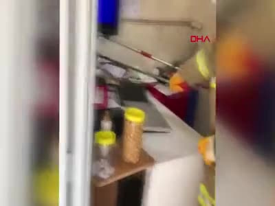 Bursa'da iş yerine giren yılan itfaiye ekiplerince çıkartıldı