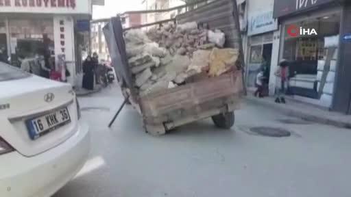 Bursa'da yol çöktü, römorkun tekerliği çukura düştü