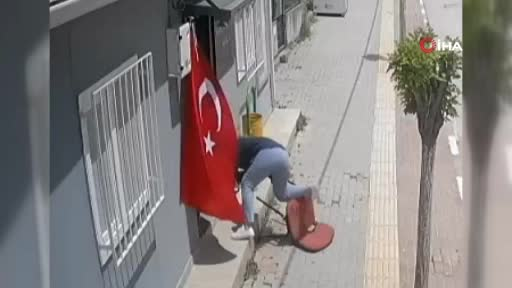 Bursa'da kadın muhtar kendi düştü, bayrağı düşürmedi!