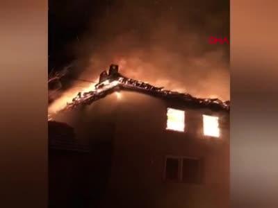 Bursa'da 2 katlı bina yandı!