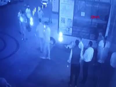 Acil servis önünde bekleyenlere ateş açtılar
