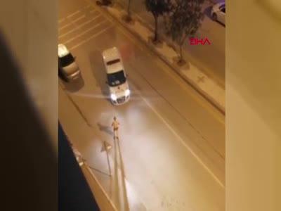 Yarı çıplak halde polise saldıran şüpheli vurularak etkisiz hale getirildi