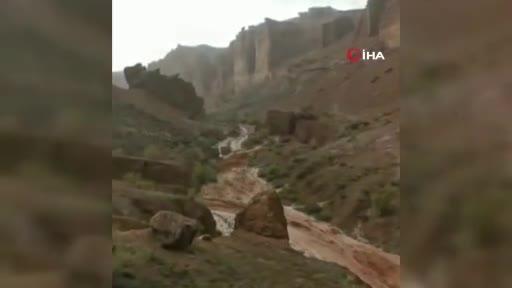 Kazakistan'da kanyon turuna çıkan öğrenciler sele yakalandı: 2 ölü