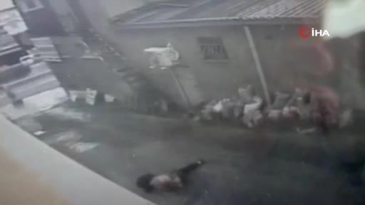 Arkadaşlarıyla sohbet ederken camdan düştü