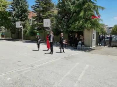 Bursa'da oy kullanmaya yürüteç ile geldi