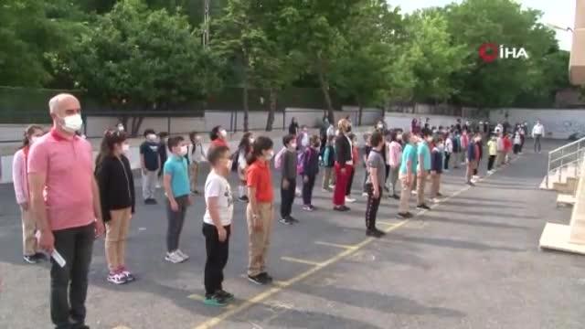 Polisler öğrencilere sosyal mesafe kurallarını hatırlattı