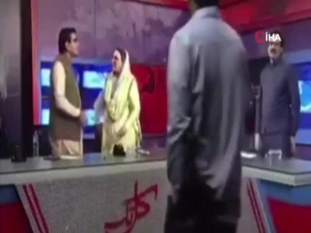 Pakistanlı eski bakandan canlı yayında tokat!