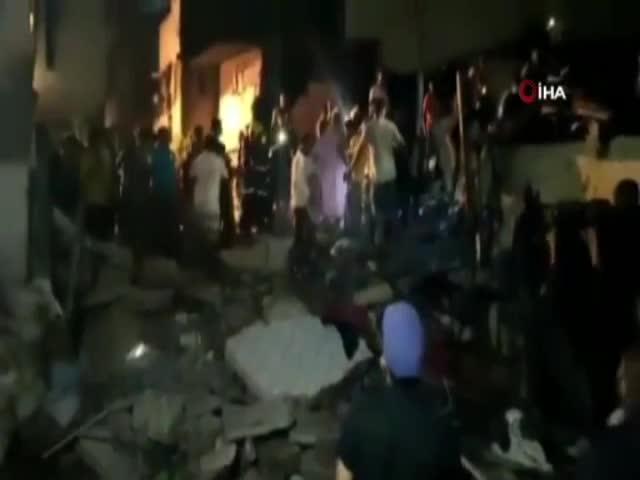 Hindistan'da bina çöktü: 11 ölü