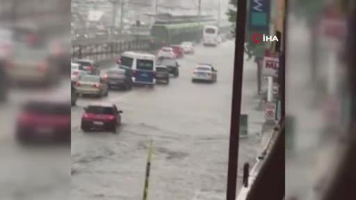 Bursa'da aralıksız yağış yolları göle çevirdi