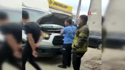 Bursa'da kamyonetin motoruna giren yılan itfaiye ekipleri tarafından çıkarıldı