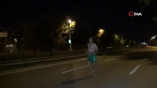 Bursa'da gece yarısı yarı çıplak halde yürüdü!