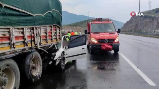 Bursa'da otoyolda tıra çarpan otomobilin sürücüsü feci şekilde can verdi