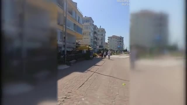 Bursa Mudanya'da kaldırımı işgal eden eşyalar toplatıldı