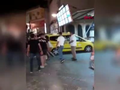 Genç kızların kavgasını ayırmak yerine alevlendirdiler!