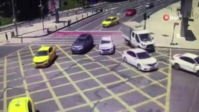 Fren sistemi bozulan otomobil 5 araca çarptı