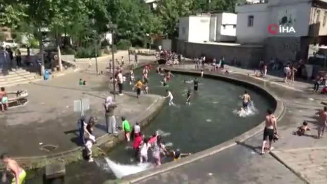 Sıcaktan bunalan çocuklar süs havuzlarını doldurdu