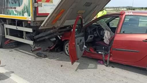 Bursa'da otomobil kamyona arkadan çarptı